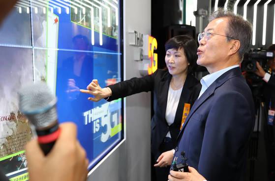 문재인 대통령이 지난 5월 17일 서울 강서구 마곡 R&D 단지에서 열린 혁신성장 보고대회에서 5G 기술을 구현한 스마트 월을 바라보고 있다. [연합뉴스]
