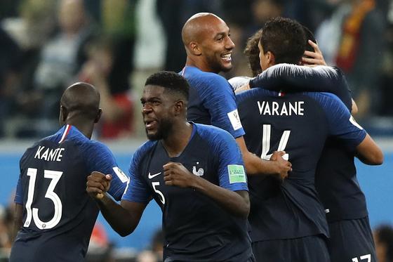 프랑스 움티티(가운데)가 벨기에와 4강전에서 승리한 뒤 은골로 캉테, 은존지 등과 기뻐하고 있다. [AP=연합뉴스]
