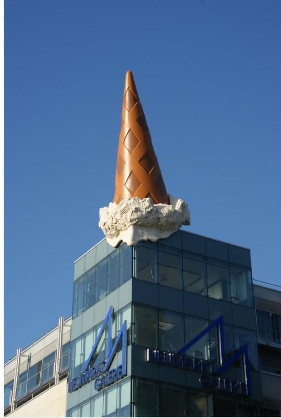 클래스 올덴버그 <떨어지는 아이스크림>, 2001