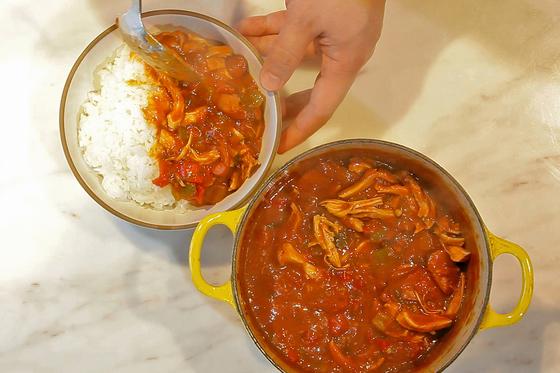 치킨 검보는 밥과 잘 어울린다. 밥 위에 올려 덮밥 형태로 즐긴다.