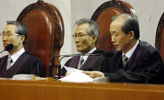 2006년 당시 이용훈(오른쪽) 대법원장이 전원합의체 선고에서 호적상 성별 정정을 불허한 원심을 파기하고 사건을 청주지법으로 돌려보내라는 결정문을 읽고 있다.[중앙포토]