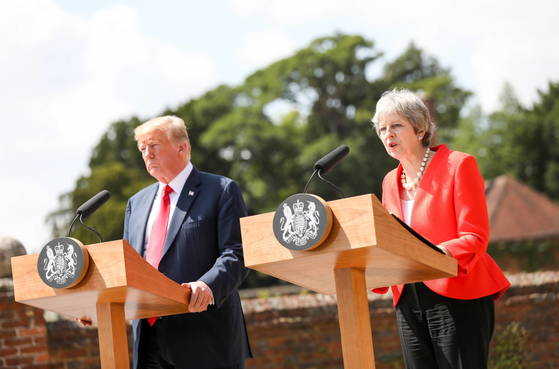 13일 트럼프 미국 대통령이 메이 영국 총리와 함께 기자회견을 하고 있다. [EPA=연합뉴스]