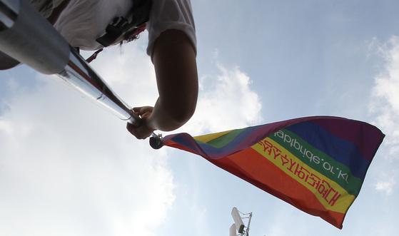 '제8회 대구퀴어문화축제'에서 한 참가자가 무지개 깃발을 흔들고 있는 모습. [중앙포토]