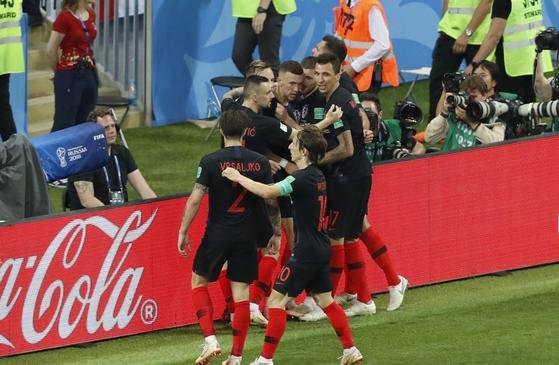 크로아티아 페리시치가 잉글랜드와 4강전에서 골을 터트린 뒤 팀동료 모드리치, 만주키치 등과 기쁨을 나누고 있다. [AP=연합뉴스]