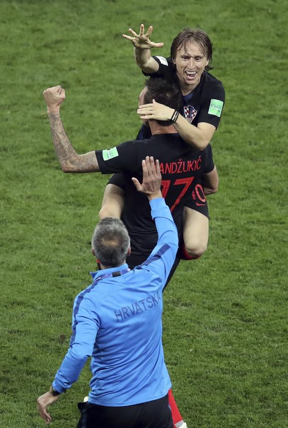 크로아티아 모드리치가 2018 월드컵 결승진출을 확정한 뒤 만주치키 품에 안겨 기뻐하고 있다. [AP=연합뉴스]