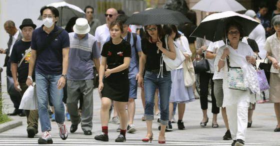 일본 불볕더위로 하루 동안 6명 사망...양산 쓴 행인들 (도쿄 교도=연합뉴스) 지난 14일 일본 전국에 폭염이 쏟아지며 일사병과 열사병 등 온열질환으로 인한 사망자가 6명 발생한 가운데 도쿄(東京) 긴자(銀座)에서 행인들이 양산을 쓴 채 걸어가고 있다. [연합뉴스]