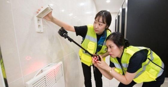 고성능 몰래카메라 탐지기로 역 화장실을 점검하는 코레일 직원들 [사진 코레일 제공]