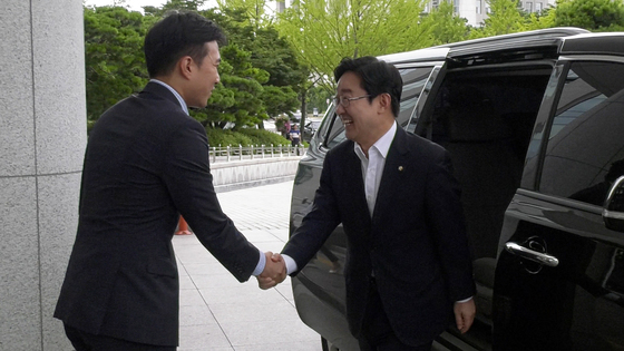 박범계 의원이 10일 오전 국회의원 회관으로 들어서는 모습. [중앙포토]