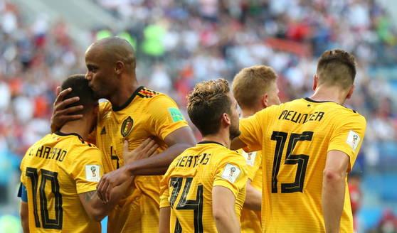 벨기에 선수들이 잉글랜드전에서 에덴 아자르(맨 왼쪽)의 추가골이 터진 직후 함께 환호하고 있다. [EPA=연합뉴스]
