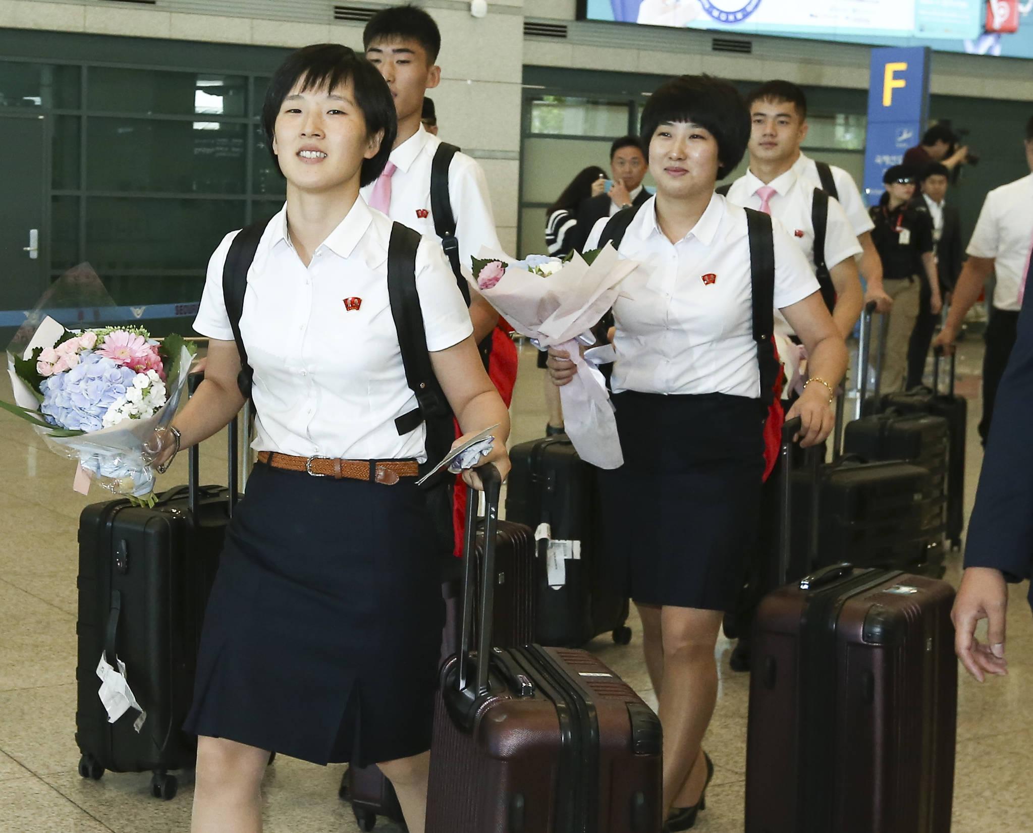 국제탁구연맹(ITTF) 투어 대회인 2018 코리아오픈 국제탁구대회에 참가하는 북한 탁구대표팀 선수들이 15일 오후 인천국제공항을 통해 입국하고 있다. 임현동 기자