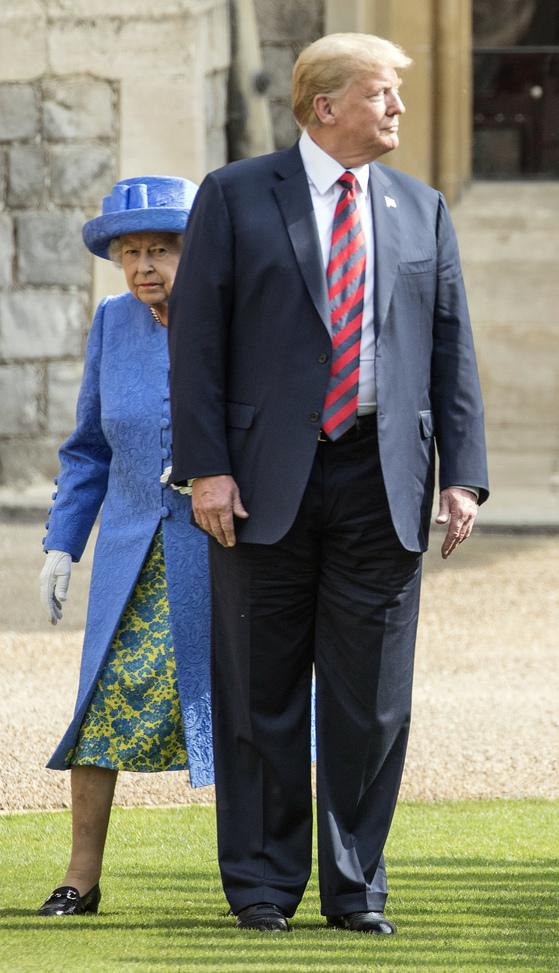 지난 13일 영국 런던 교외의 윈저성을 방문해 엘리자베스 2세 영국 여왕을 만난 도널드 트럼프 대통령이 여왕의 앞을 막아서고 있다. [AP=연합뉴스]