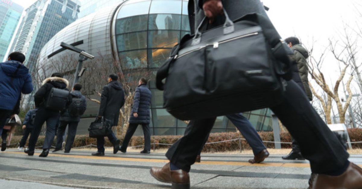 새해 첫 출근일인 2일 오전 서울 영등포구 여의도동에서 직장인들이 출근하는 발걸음을 재촉하고 있다. [중앙포토]