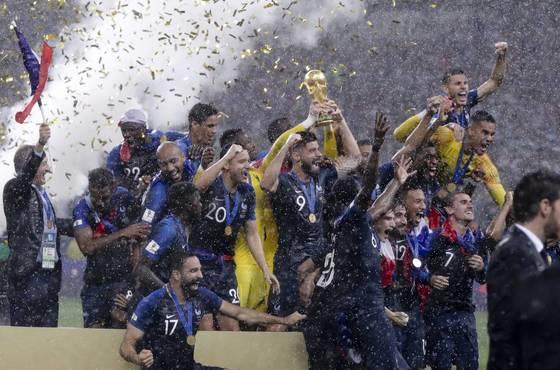 프랑스 선수들이 러시아 월드컵 우승을 확정지은 직후 시상식에서 환호하고 있다. [AP=연합뉴스]