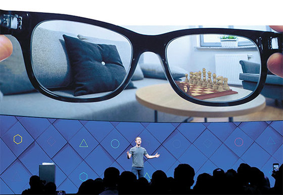 2017년 4월 18일(현지시간) 마크 저커버그 페이스북 CEO가 소개한 미래의 증강현실(AR) 안경. 실제로 현재 무거운 HMD(헤드 마운트 표시 장치에)서 별도의 기기 없이 안경을 쓰는 HMD로 디바이스 개발이 이뤄지고 있다. [AP=뉴시스]
