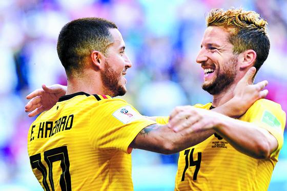 잉글랜드와 3·4위전에서 골을 넣은 뒤 팀 동료 메르턴스와 환호하는 아자르(왼쪽). [AFP=연합뉴스]