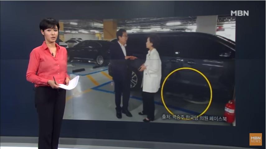 백승주 자유한국당 의원이 지난 14일 페이스북에 김현미 국토교통부 장관과 대화를 나누는 모습의 사진을 올렸으나 장애인 주차구역 주차 위반 논란이 일자 이를 삭제했다. [사진 MBN 뉴스8]