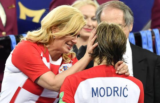 콜린다 그라바르 키타로비치(왼쪽) 크로아티아 대통령이 러시아 월드컵 결승전에서 패한 모드리치를 위로하고 있다. [AP=연합뉴스]