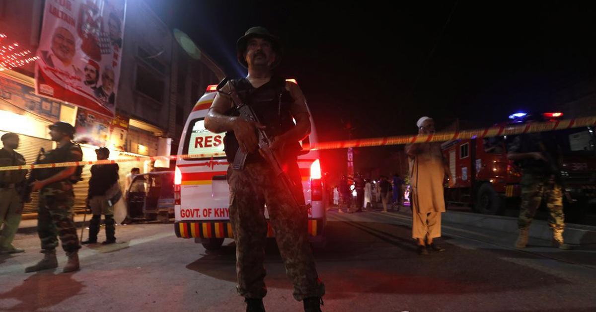 지난 13일 파키스탄 유세현장에서 일어난 폭탄테러. IS는 자신들의 소행이라고 밝혔다. [EPA=연합뉴스 자료사진]