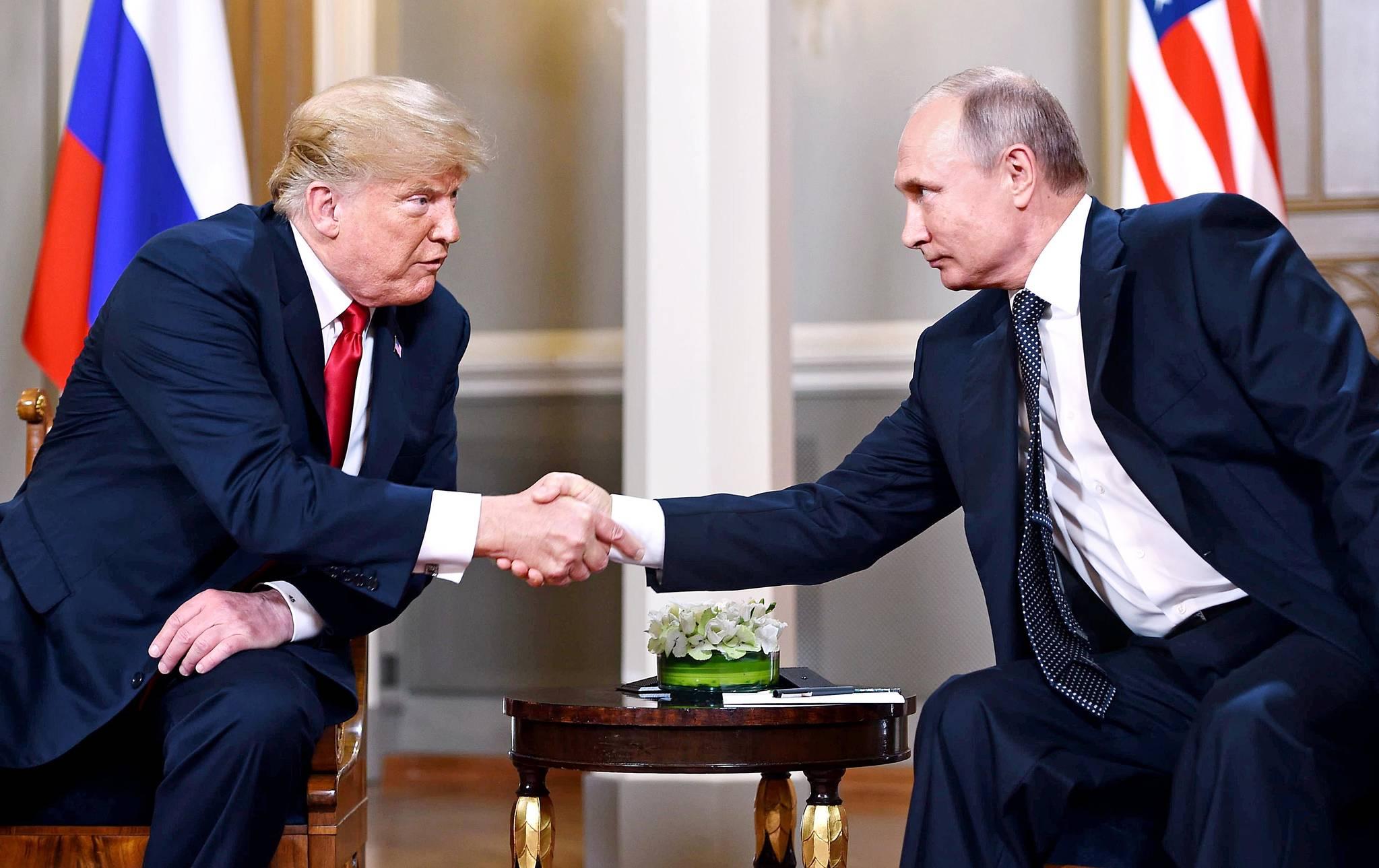 16일 핀란드 헬싱키 대통령궁에서 만난 트럼프 미국 대통령과 푸틴 러시아 대통령이 악수를 하고 있다. [연합뉴스]