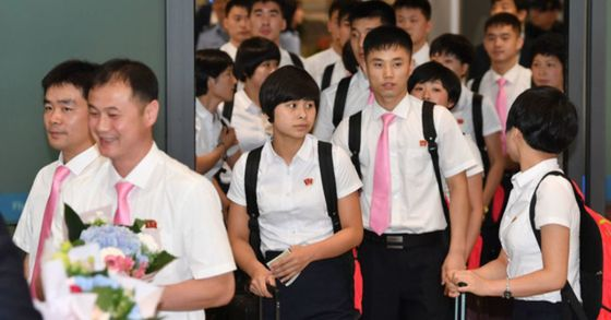 오는 17일 대전에서 열리는 국제탁구연맹(ITTF)투어 대회인 코리아오픈에 참가하는 북한 탁구선수단이 15일인천국제공항 입국게이트를 빠져나오고 있다. 임현동 기자