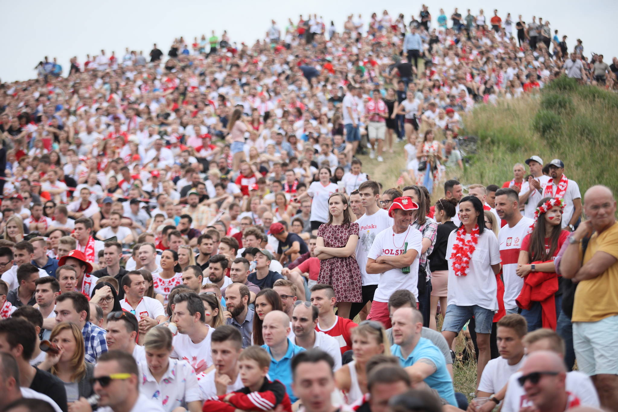 폴란드 축구팬들이 지난달 19일 수도 바르샤바에서 세네갈과의 조별리그 경기를 지켜보고 있다.[연합뉴스]