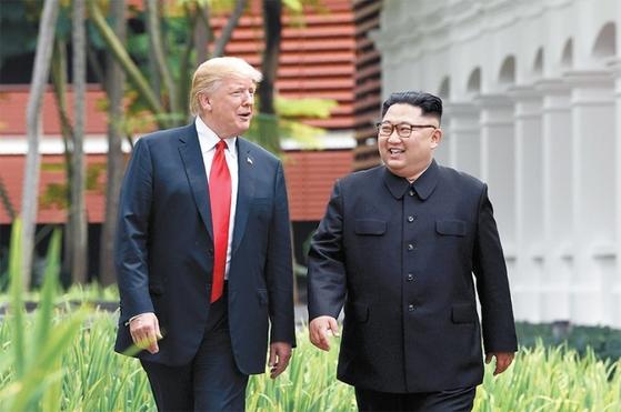 지난 6월12일 싱가포르 카펠라 호텔에서 산책 중인 미국 트럼프 대통령과 북한 김정은 국무위원장.[연합뉴스]