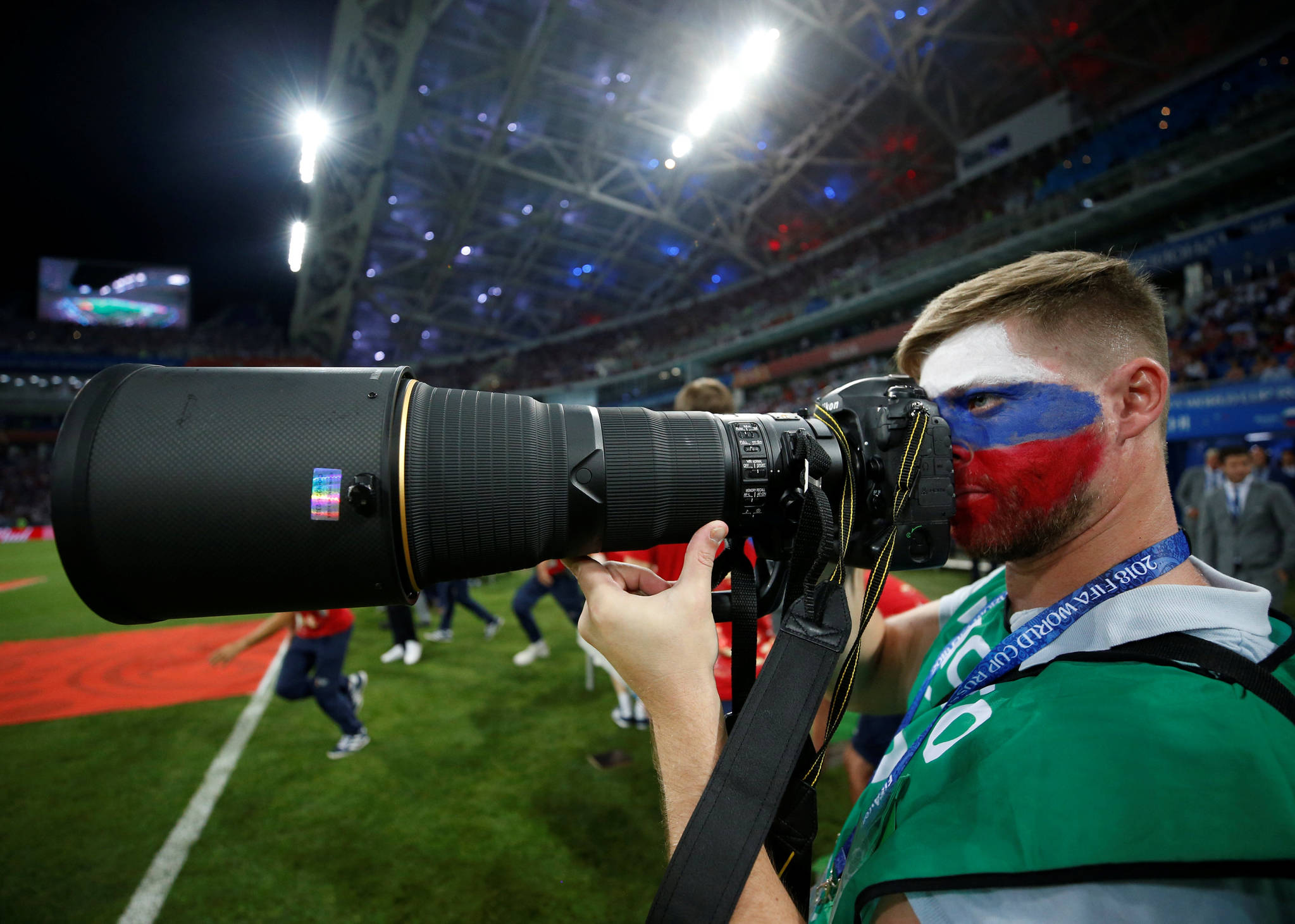 러시아 사진기자가 지난 7일 소치의 피쉬트 경기장에서 얼굴에 러시아국기를 그린 채 사진취재를 하고 있다.[연합뉴스]