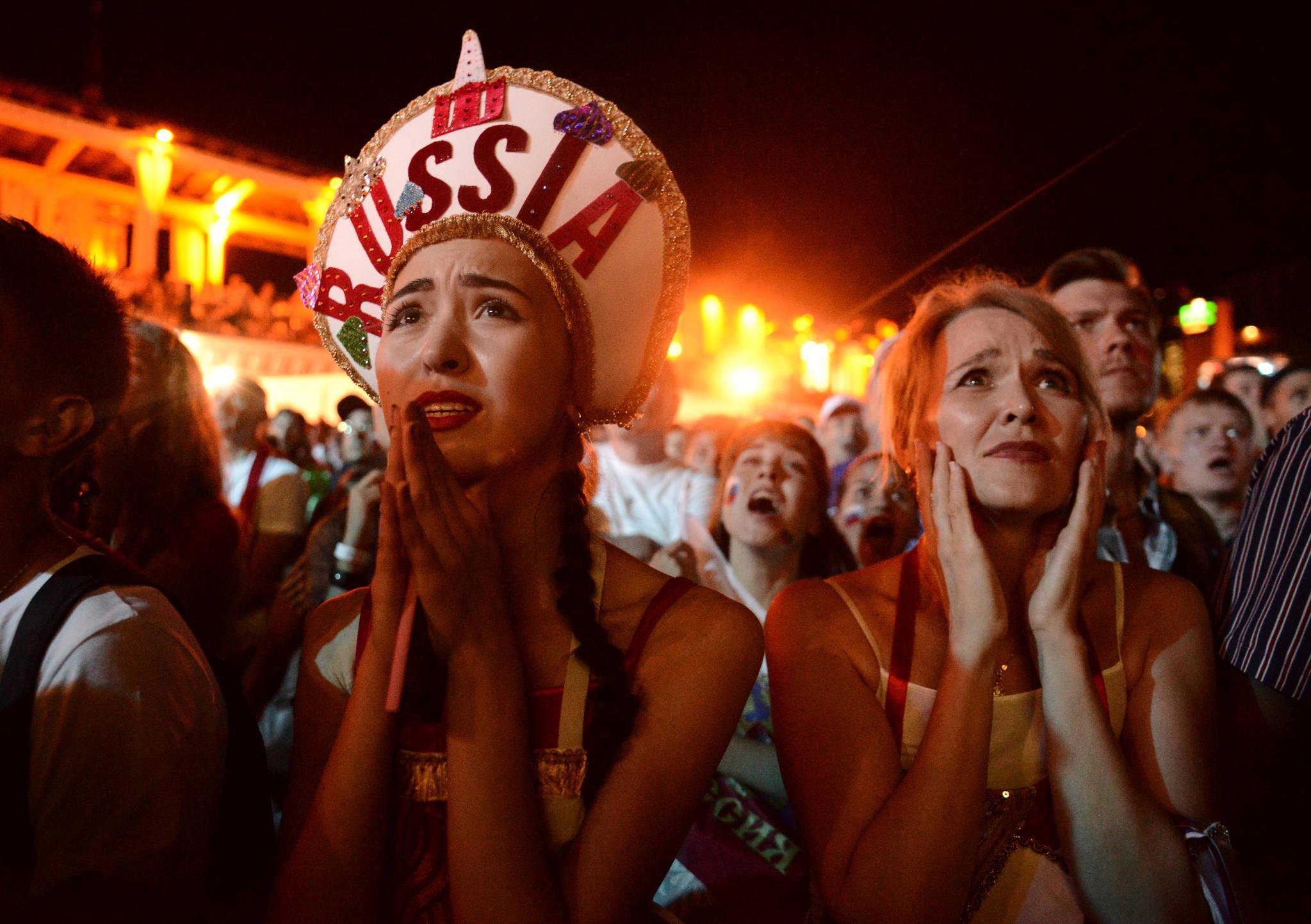 러시아 소치에서 축구팬들이 크로아티아와의 8강전을 지켜보고 있다. 아쉽게도 승부차기 끝에 3-4로 패하면서 러시아는 8강 진출에 만족해야 했다.[연합뉴스]