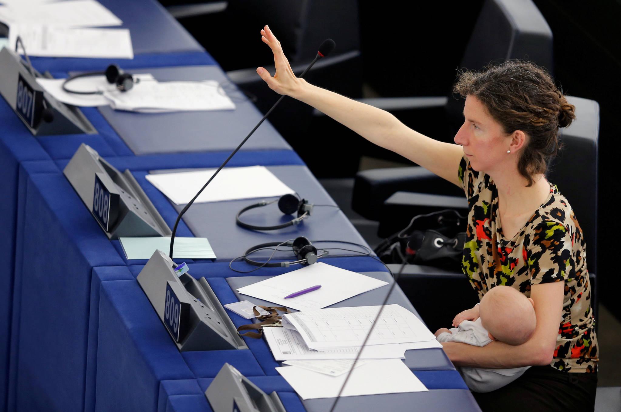 지난 2016년 4월 14일 프랑스 스트라스버그에서 열린 유럽의회에서 영국 노동당 소속의 여성 의원 안넬리제 도즈(Anneliese Dodds)가 손을 들고 표결하고 있다. 그의 품에는 생후 4개월 된 딸, 이사벨라가 안겨있다. [로이터=연합뉴스]