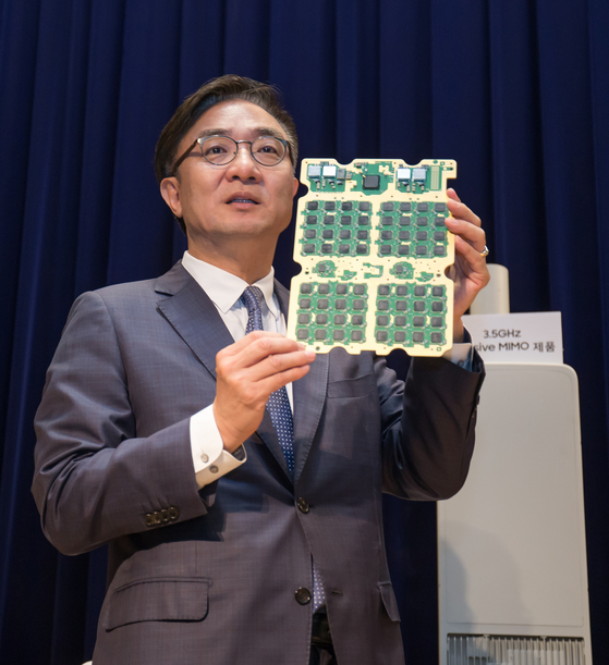 """김영기 삼성전자 네트워크사업부장(사장)이 13일 수원 삼성전자 디지털시티에서 5G 통신장비를 소개하고 있다. 김 사장은 '2020년까지 5G 시장에서 점유율 20%를 달성하겠다""""고 말했다. [사진 삼성전자]"""