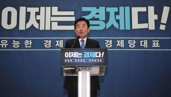 더불어민주당 김진표 의원이 15일 오전 국회 의원회관에서 오는 8·25 전국국대의원대회 때 당대표 경선 출마를 공식 선언하고 있다. [연합뉴스]