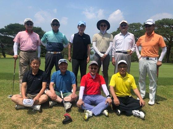 고등학교 모임인 경골회에서 골프 라운딩 후 찍은 단체 사진. [사진 민국홍]