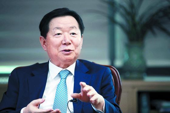 오는 19일 퇴임하는 서울대 성낙인 총장이 지난 12일 서울대에서 총장을 맡은 4년 간을 돌아보고 있다. 오종택 기자