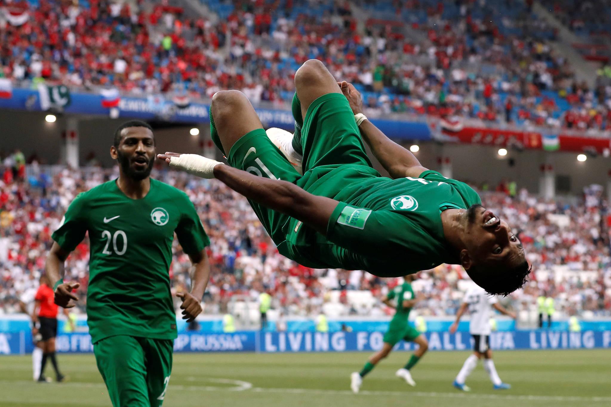 사우디아라비아의 살렘 알다사리가 지난달 25일 볼고그라드 경기장에서 열린 이집트와의 경기에서 득점한 후 공중돌기를 하고 있다.[연합뉴스]