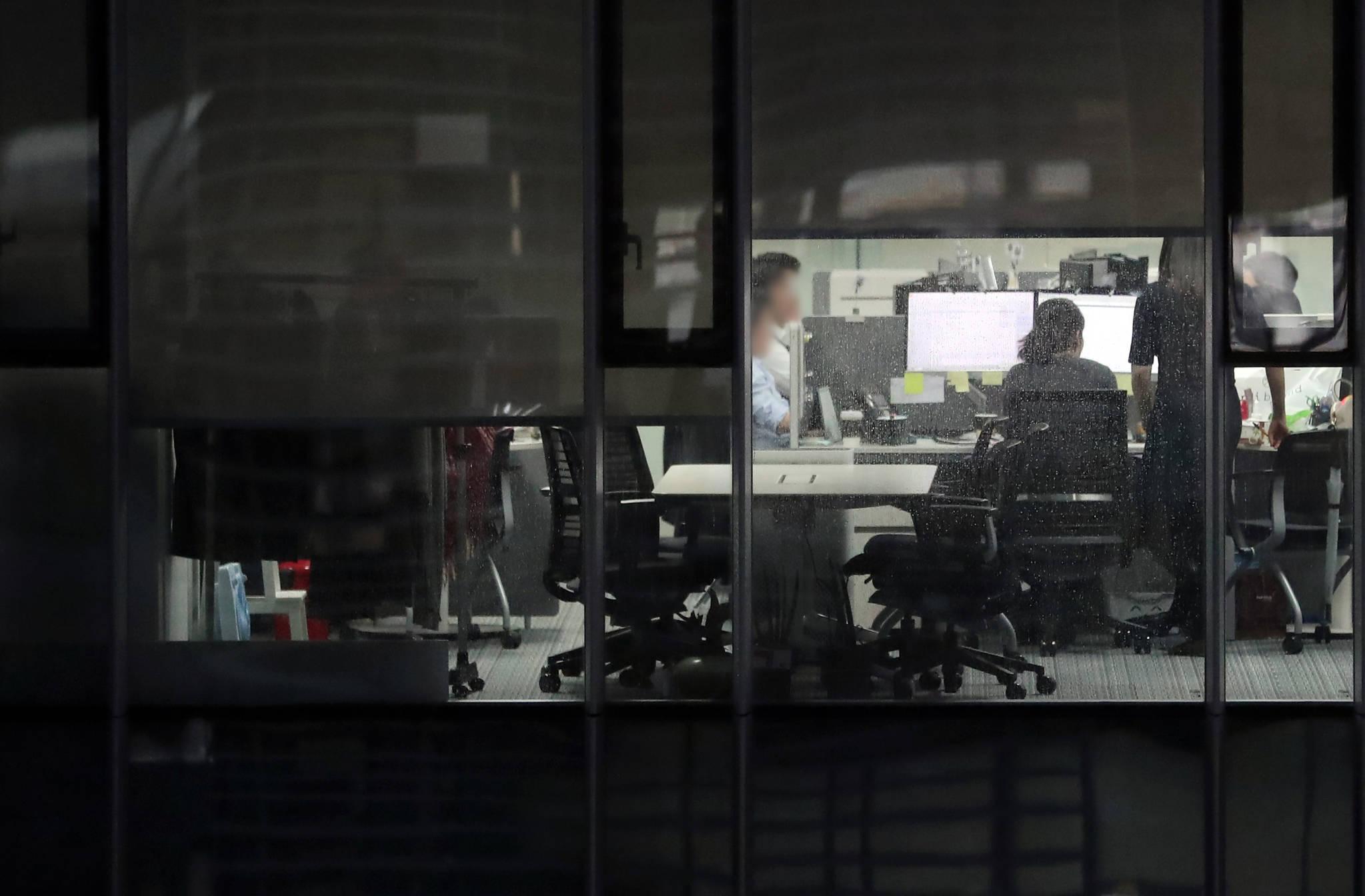 서울 시내 한 사무실에서 야근하는 직장인들 모습. [연합뉴스]