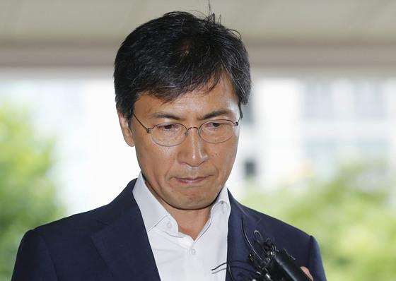 13일 안희정 전 충남지사가 5차 공판이 열리는 서울서부지법 법정으로 향하고 있다. [뉴시스]