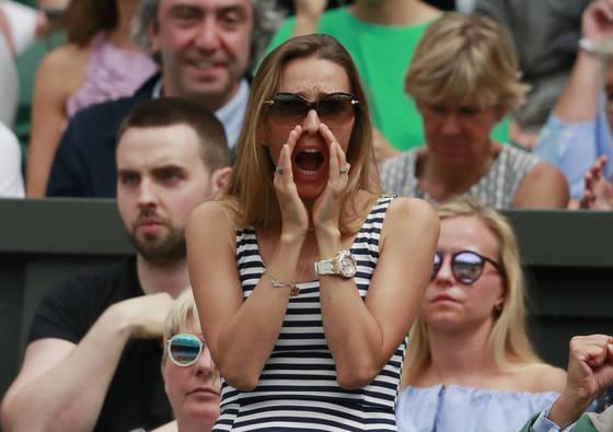 조코비치를 열렬히 응원하고 있는 아내 옐레나. [AP=연합뉴스]