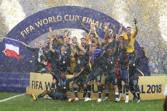 러시아 월드컵 우승을 확정한 프랑스 축구대표팀이 16일 러시아 모스크바 루즈니키 스타디움에서 우승 세리머니를 펼치고 있다. [신화=연합뉴스]