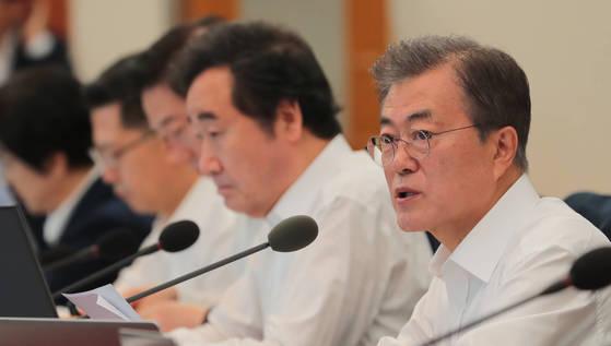 문재인 대통령(오른쪽)이 3일 오전 청와대 본관에서 열린 국무회의에서 모두발언을 하고 있다. [청와대사진기자단]
