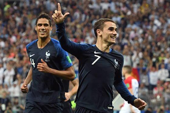 프랑스 공격수 그리즈만(오른쪽)이 러시아 월드컵 결승에서 골을 터트린 뒤 기뻐하고 있다. [EPA=연합뉴스]