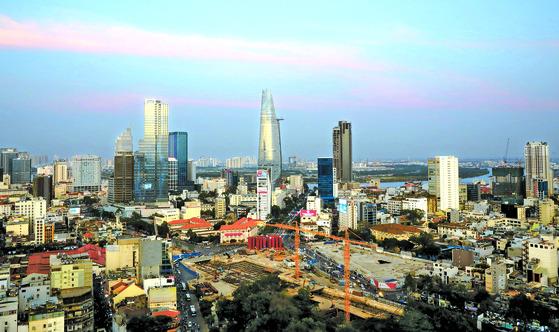 뽕밭이 변해 바다가 됐다. 베트콩의 나라 베트남의 최대 도시인 호치민의 스카이 라인. 1986년 도이머이 정책 이후 GDP가 14배나 성장할 정도로 경제적으로 발전한 상황을 잘 보여준다. [호치민=김경빈 기자]