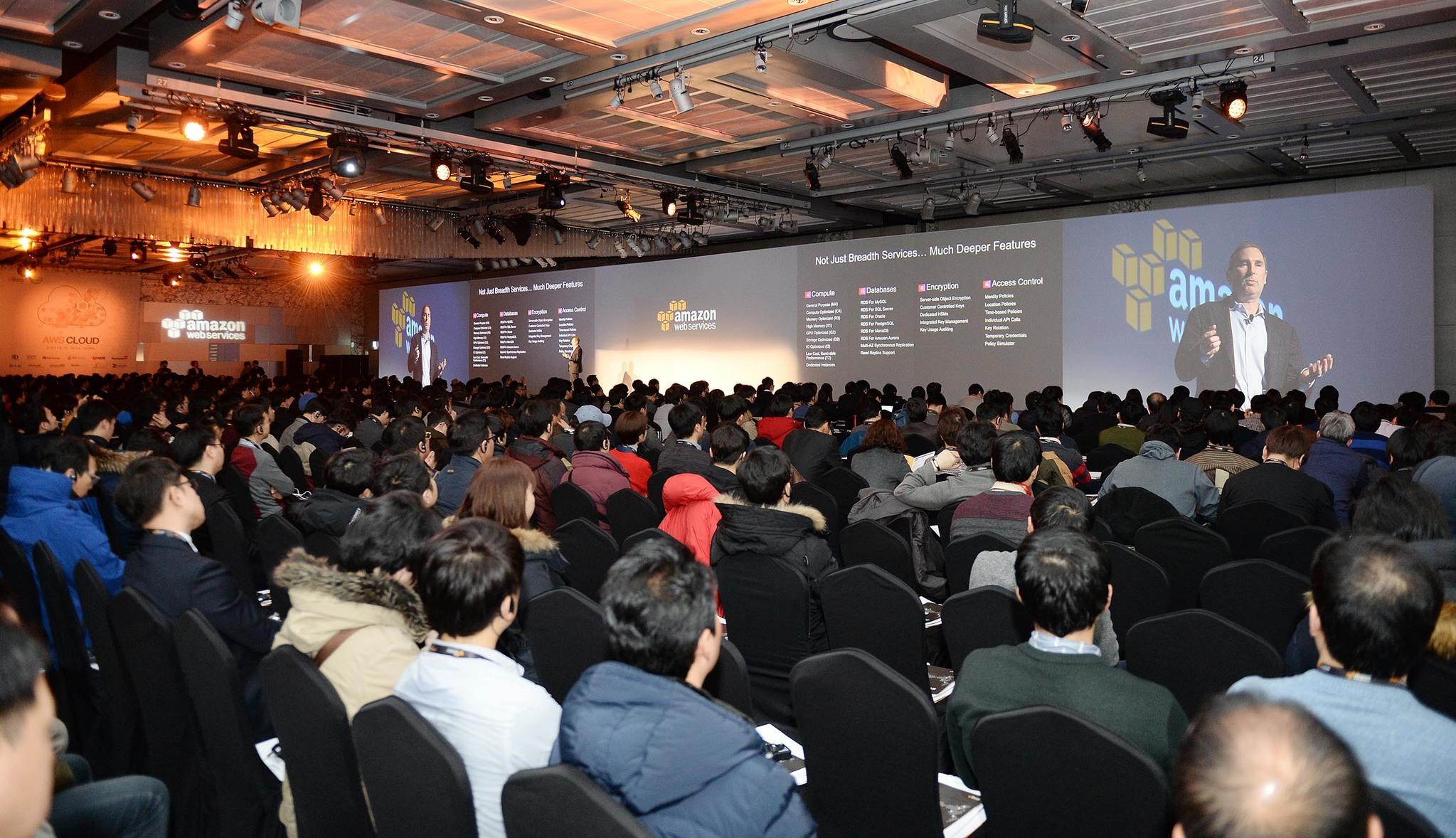 """앤디 재시 아마존웹서비스 (AWS) 사장이 2016년 1월7일 서울 코엑스에서 열린 AWS행사에서 한국 데이터센터에 대해 설명하고 있다. 그는 """"한국 고객들도 1000분의1초의 속도로 데이터를 보관·처리할 수 있게 된다""""고 말했다. [사진=아마존 웹서비스]"""