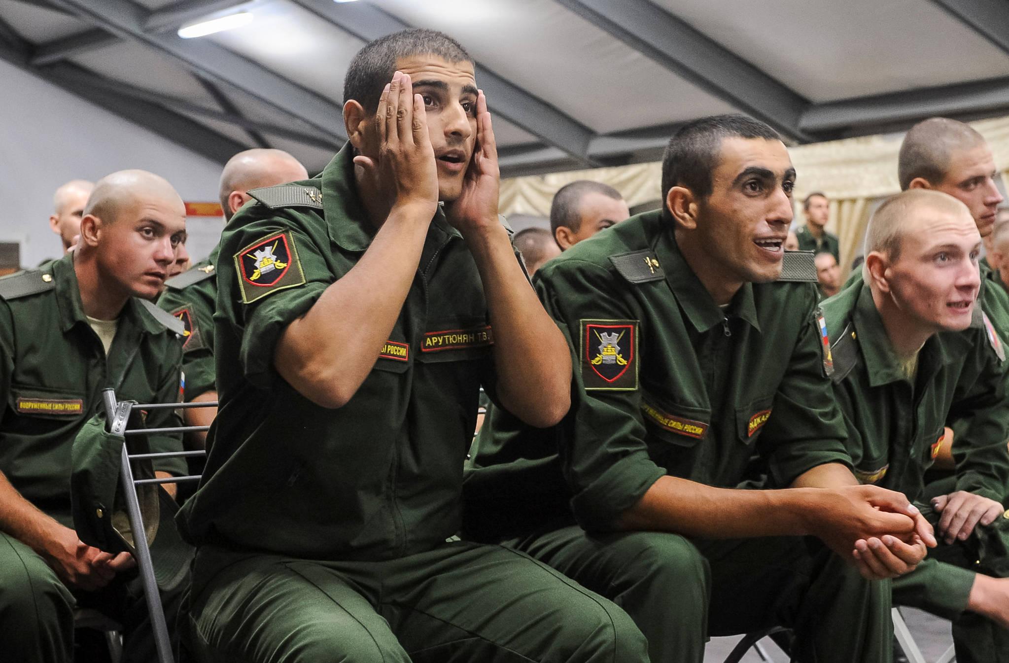 러시아 군인들이 크로아티아와의 8강 경기를 시청하면서 안타까운 표정을 짓고 있다.[연합뉴스]