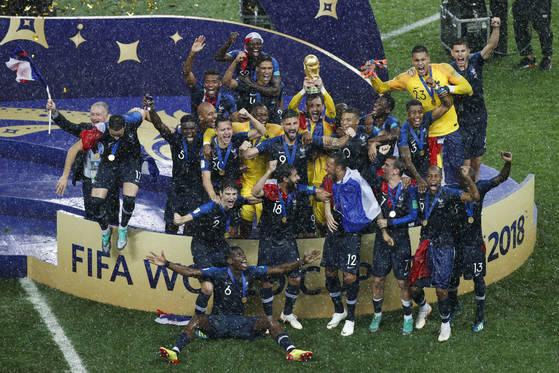 프랑스 선수들이 러시아 월드컵 결승에서 크로아티아를 꺾고 우승한 뒤 시상식에서 환호하고 있다. [AP=연합뉴스]