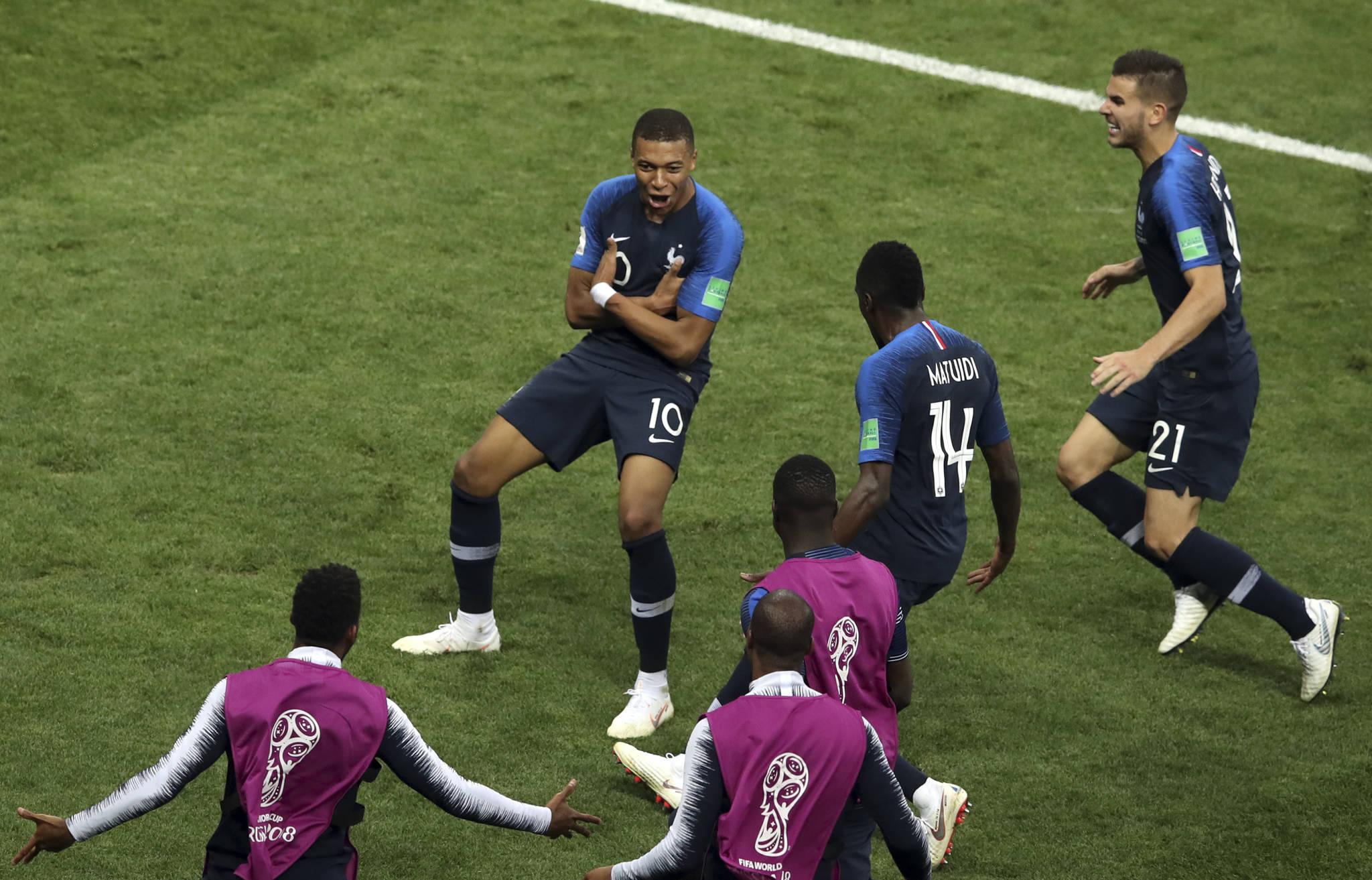 16일 열린 러시아 월드컵 결승전 크로아티아와의 경기에서 후반 골을 터뜨린 프랑스 공격수 킬리안 음바페. 그는 펠레 이후 60년 만에 월드컵 결승에서 골을 터뜨린 10대 선수로 기록됐다. [AP=연합뉴스]