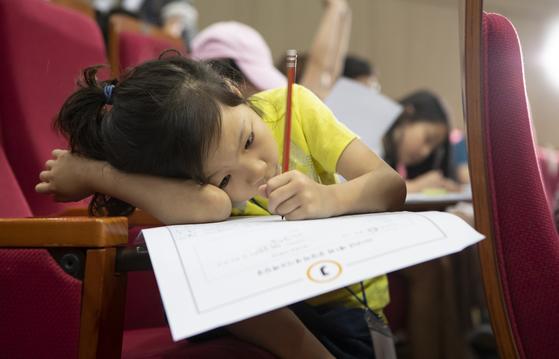 14일 동국대에서 열린 중앙학생시조백일장에 참가한 어린 학생이 작품 제작에 열중하고 있다. 권혁재 사진전문기자