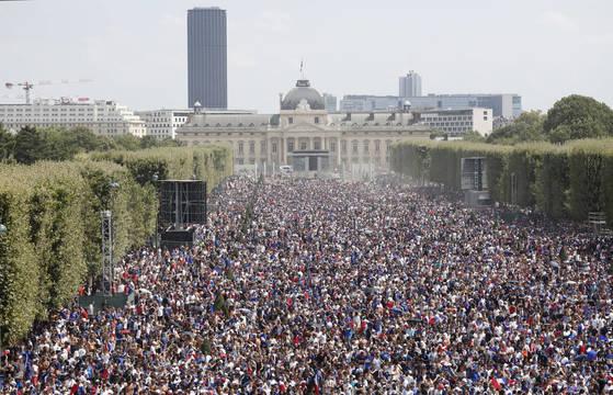 2018 러시아 월드컵 결승전을 보기 위해 파리에 모인 시민들. [AP=연합뉴스]