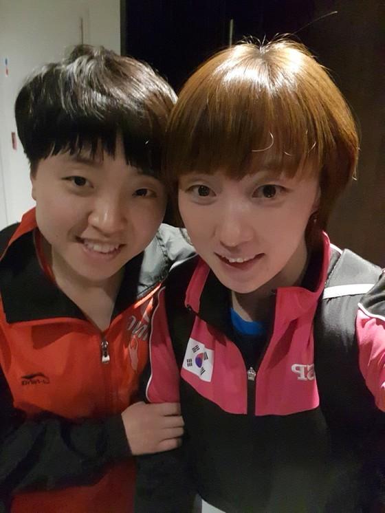 5월 세계선수권에 남북 단일팀으로 함께 출전해 셀카를 찍은 서효원(오른쪽)과 김송이. [사진 서효원]