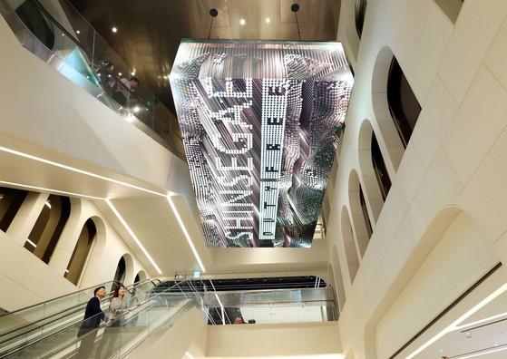 신세계면세점 강남점에 설치된 3D비디오파사드.높이 7m천정에 설치된 이 시설물은 다양한 콘텐트를 선보여 방문객들의 눈길을 끌 전망이다. [사진 신세계면세점]