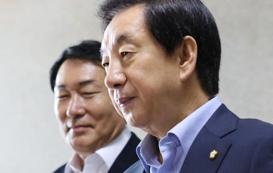13일 오전 열린 한국당 원내대책회의에 참석한 김성태 당대표 권한대행이 심각한 표정을 짓고 있다. [연합뉴스]